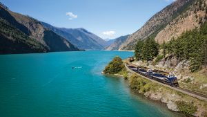 rocky-mountaineer-travel-by-train